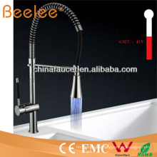 China Sanitaria Ware LED autoalimentado desplegable de agua fría y caliente cromada latón primavera cocina grifo