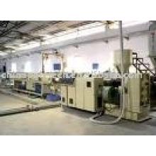 Machine de fabrication de tuyaux souples en plastique