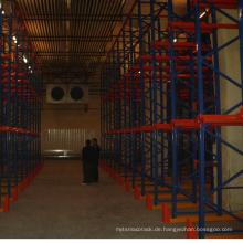 Fabriklager, das Hochleistungsantrieb in den Regalen abschließt