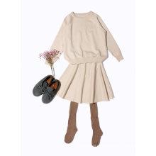 As meninas de lãs de Phoebee que tricotam / fizeram malha a camisola para a mola / outono / inverno