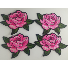 Patch in ferro con ricamo rosa su jeans