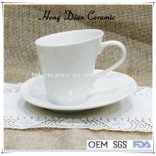 Moderno xícara de chá de cerâmica e pires, xícara de café de porcelana branca com pires por atacado, xícara de cerâmica e pires