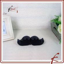 Forma de bigote de cerámica sal y pimienta
