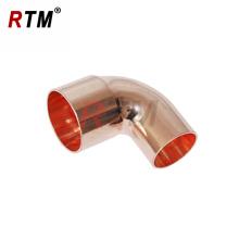 Instalación de tuberías de cobre del codo de 90 grados