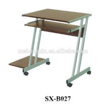 Mesa de computador de madeira com moldura de metal com rodas