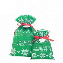 Зеленая нетканая рождественская подарочная сумка на шнуровке