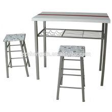 Mesa de bar usada y silla