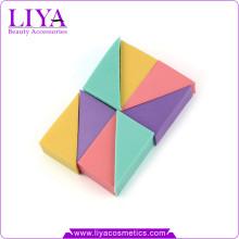 Produits cosmétiques doux coloré sampels libres forment le triangle éponge