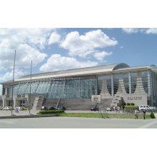 Enorme construcción de piscina con estructura de estructura de acero