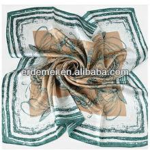 Les femmes forment une belle écharpe carrée en soie