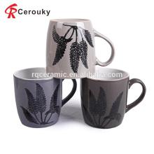 Taza de cerámica gris de la leche de la microonda y