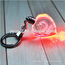 Keychain en cristal bon marché de forme de coeur avec le logo gravé par laser 3D pour des cadeaux 2015.3D keychain en cristal de laser
