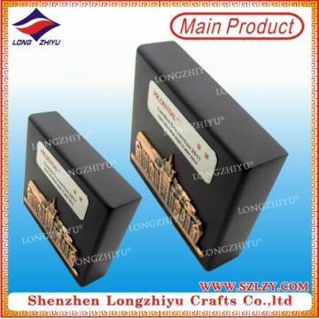 Placa de pared de madera negra con etiqueta de metal