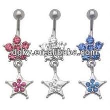 La estrella hermosa de la flor cuelga la joyería penetrante del anillo del ombligo