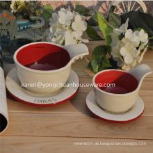 Keramische Kaffeetasse und Teller