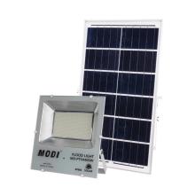 Holofotes solares são usados para iluminação das estradas da vila