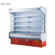 Aufrechtes Gehen im Kühlschrank des Kühlersupermarkts
