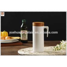 Pote de água de cerâmica com tampa de bambu