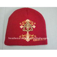 Chapeaux tricotés en broderie rouge