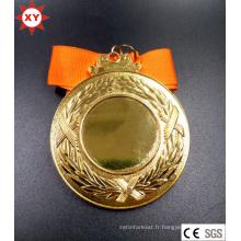 Médaille d'or vierge avec du ruban