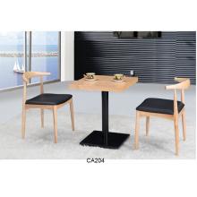 Tablettes et chaises de café du nord de style européen rétro de village de loisirs