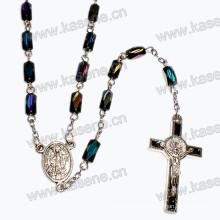 Collar religioso de los granos de cristal con la cruz y el centro de la aleación