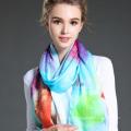 L'écharpe longue teinte de femme en hiver