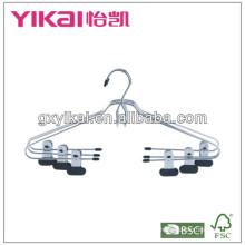 Cabides de metal cromado com cinto e clipes de metal