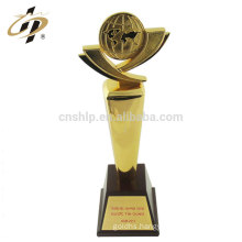 New product to customize design metal trophies cups with wooden base