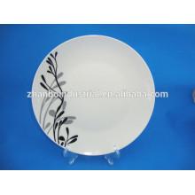 Блюда из керамических плиток в ресторане