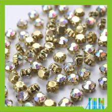 888 Kristallchatons werden auf Glas chaton genäht