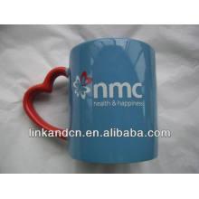 Круглая керамическая кружка Haonai 11oz с красной ручкой в форме сердца