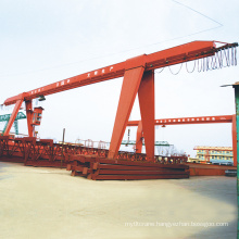 Long span portal gantry shipyard cranes with rigid outrigger