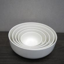 Geschirr aus weißem Porzellan