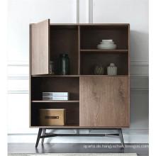 Bücherregal aus Holz mit Türen