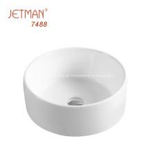 weißer Badezimmerschrank mit Kunstwaschbecken