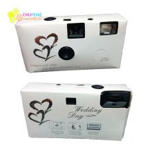 Câmera nupcial do casamento descartável dos corações com flash 35mm e caixa de presente