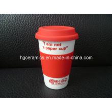 Tasse de café de porcelaine avec la couverture de silicium, mur simple