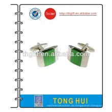 Metallmanschettenknopf mit grünem Stein