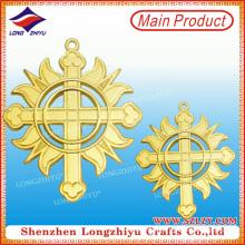 Италия Христианские религиозные Медали Крест Золотой медальон полые медалью Металл герба Значок Pin с безопасным Pin (LZY-00020130057)