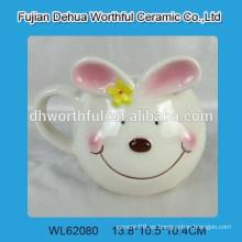 Taza de cerámica encantadora con la estatuilla de conejo de Pascua