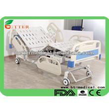 5 lits fonctionnels pour hôpitaux hospitalisés avec des roues délimitées