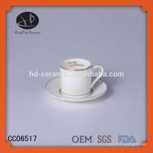 Único copo de cerâmica com borda de ouro e pires, especia designl xícara de café e pires com decalque