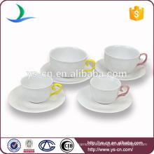 Taza de cerámica y platillo de la forma elegante del diseño moderno, taza de cerámica de la aleta amarilla al por mayor de la mano y platillo