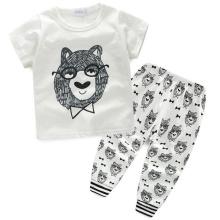 Trajes de la manera del bebé con la camiseta y los pantalones en ropa de los niños