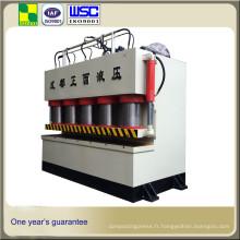 Énorme presse hydraulique à bras unique