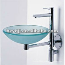Pequeño lavabo de cristal lavado en la pared