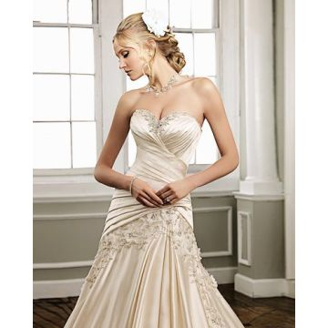 Sayang strapless Satin Kapel Kereta Ruffled buatan manusia Bunga Wedding Dress