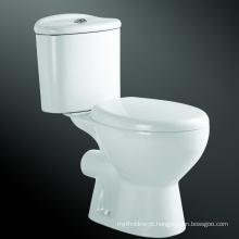 Assoalho cerâmico toalete de poupança de água montado de duas partes da água do armário de água