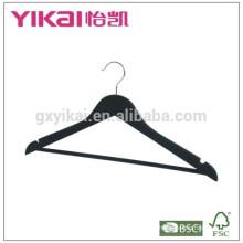 Moderna camisa negra y pantalones de madera colgador de ropa en acabado brillante